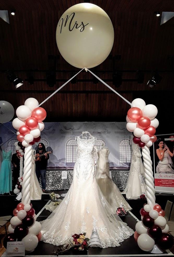 Zwei wunderschöne Ballonsäulen die sich optimal für den Eingang eignen und so den Weg zu einer traumhaften Hochzeitsfeier säumen.