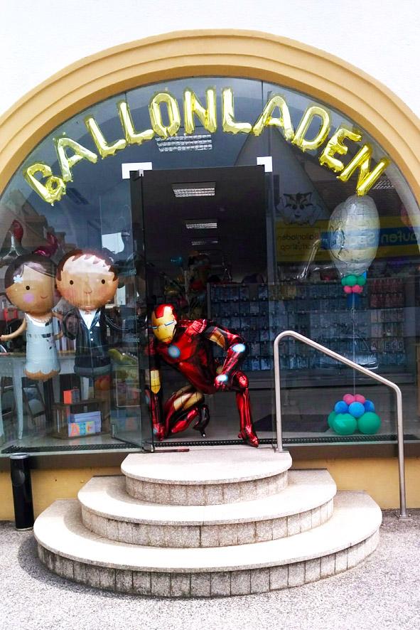 Ballondekoration / Schaufensterdekoration im Ballonladen Bamberg. Heute empfängt Sie Iron Man als Riesen Airwalker.