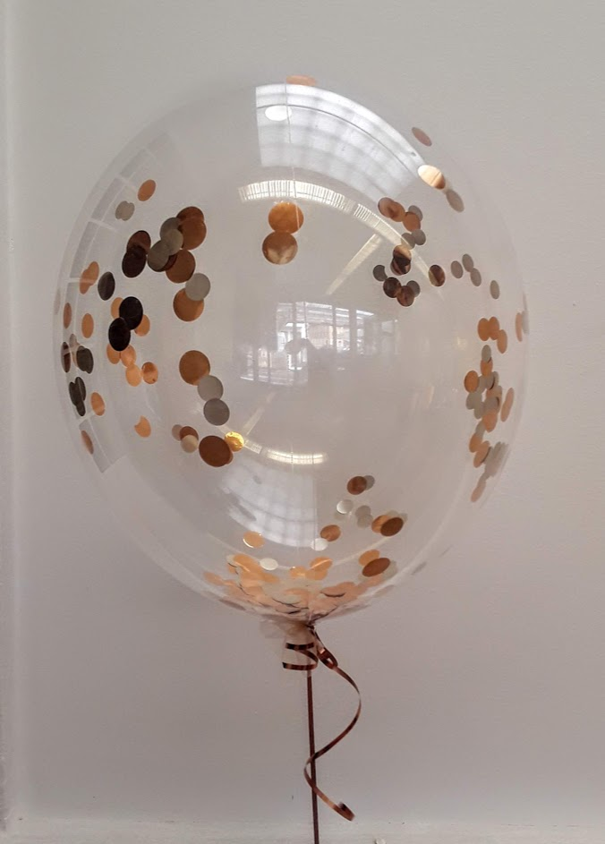 Bubble Ballon mit Glitzerkonfetti in rosegold - mattsilber Farbkombination.