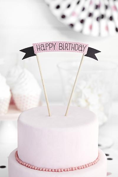 """""""Happy Birthday"""" Cake Topper aus Papier und Holz."""