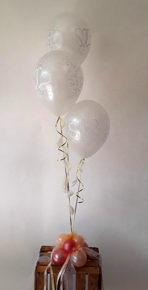 Zwei Herzen für immer vereint. Als GEschenk oder Raumdekoration zur Hochzeit. Die schwebenden Ballons sind an ein Ballongewicht befestigt und können ganz einfach überall platziert werden. Mit Bändern und Tüll verziert.