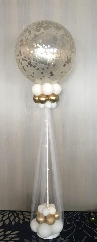 Riesiger Konfetti-Glitzer-Ballon auf einem Ständer verziert mit Ballons. Das Tüllkleid ist ein echter Blickfang. Viele Konfetti- und Ballonfarben möglich.