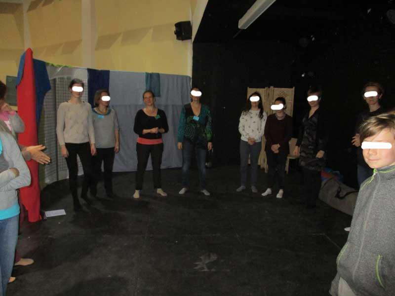 Jézabel Gougeon présente l'atelier découverte de réflexologie faciale . photo © Ingrid