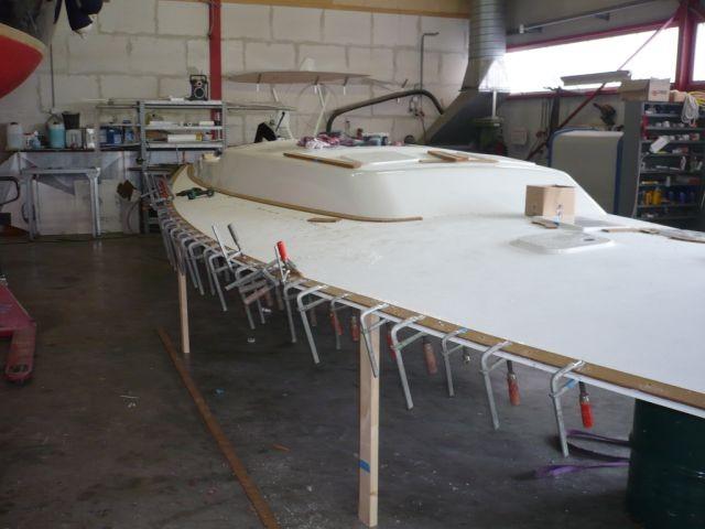 Der Rumpf ist noch in der Form - an Deck wird schonmal Teak geklebt - 06.09.2011
