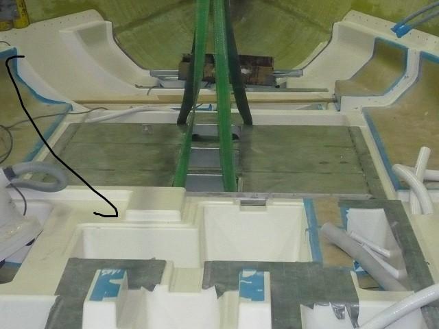 Der Wassertank wird eingelassen - 09.10.2011