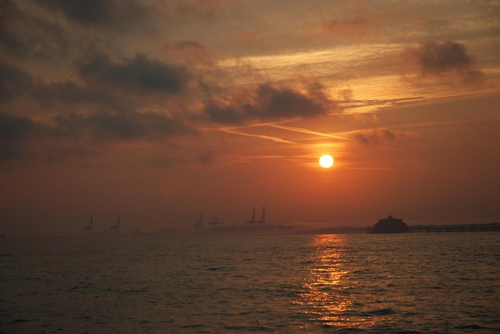 Sonnenaufgang vor den Hafenkränen von Zeebrugge