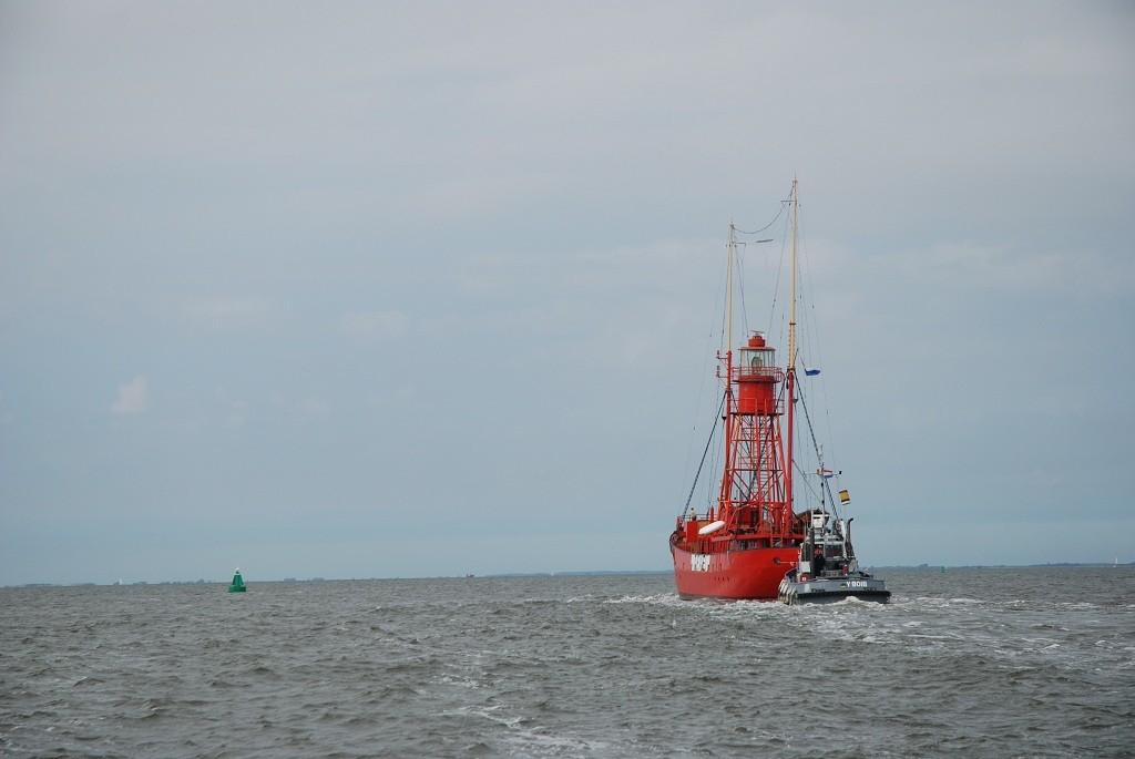 """das Feuerschiff """"Texel"""" wird durchs Wattenmeer geschleppt"""