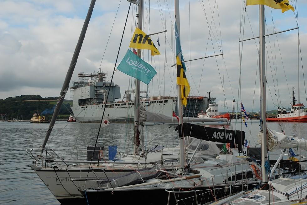 ein Versorgungsschiff der Royal Navy wird aus dem Hafen geschleppt