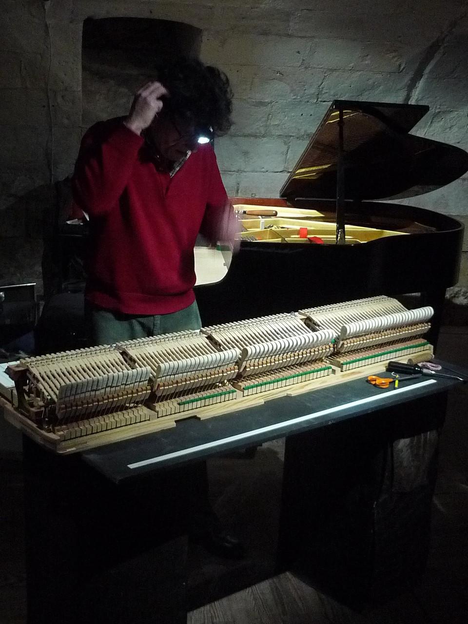 Pour optimiser le son et donner au pianiste la meilleure sensation,