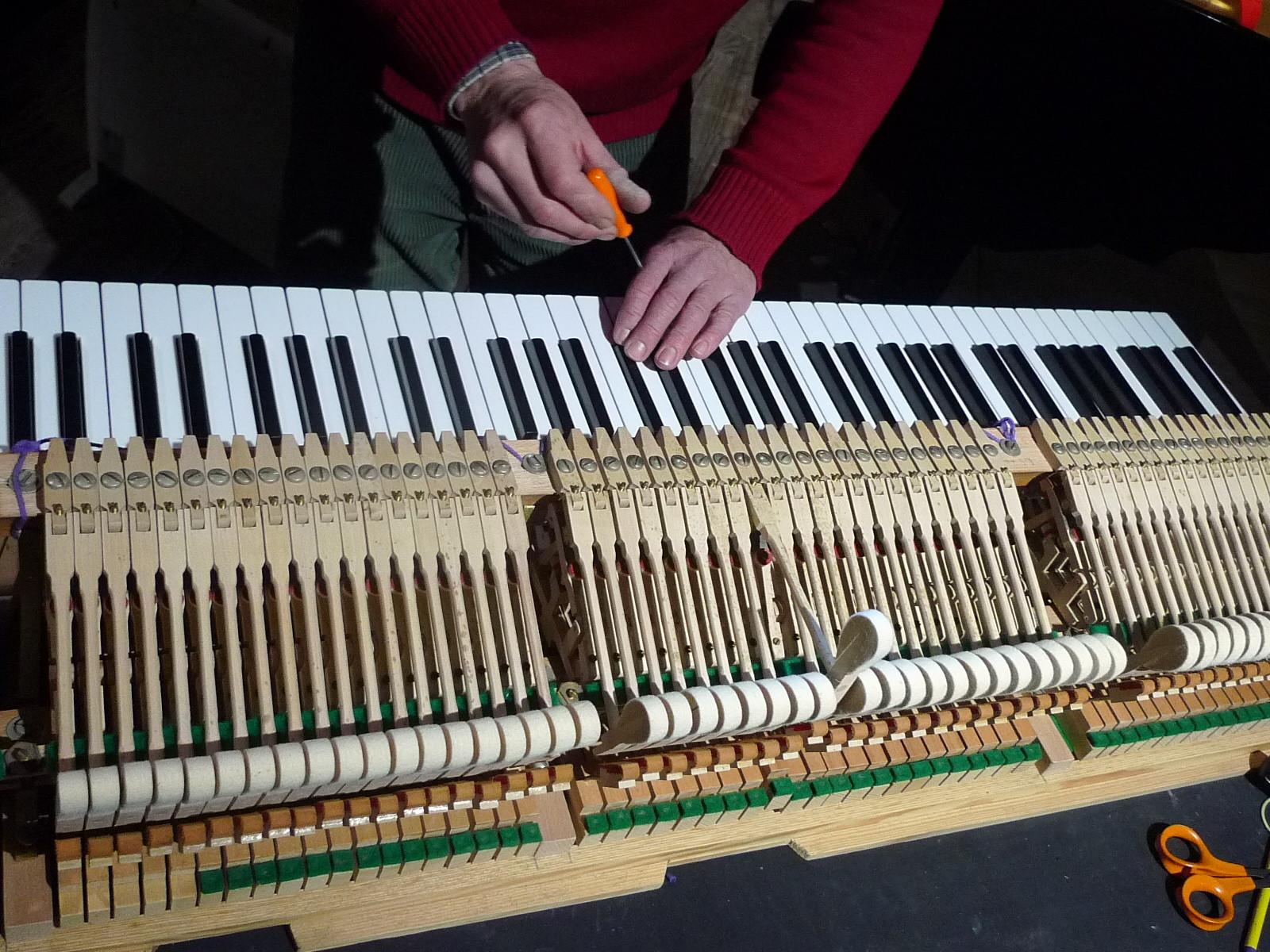 JM Gouraud, comme les accordeurs formés aujourd'hui, a aussi une compétence de technicien.