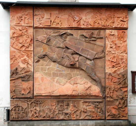 Bild des Rodenstein-Reliefs mit dem Rodensteiner im inmitten von Odenwälder Brauchtum