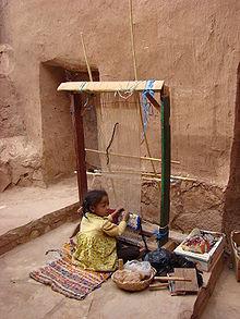 Jeune enfant travaillant seule. Photographiée à Aït-Ben-Haddou, au Maroc, le 17 mai 2008.