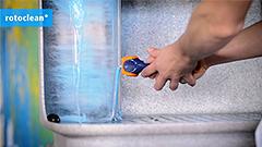 1.  Auswaschen - Das Streichwerkzeug wird nach dem Anstrich zurück in die Werkstatt gebracht und im Becken des Reinigungsgeräts gesäubert.