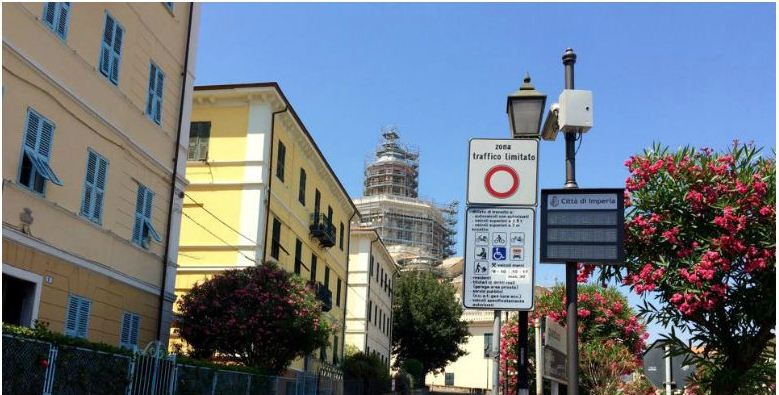 Varco di ingresso alla ZTL Parasio in Piazza Miradore, angolo Via Achille Vianelli