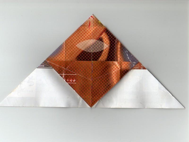 折りたたんだ部分の三角になるように上に折り返す鼻ととヒゲのベースを作る