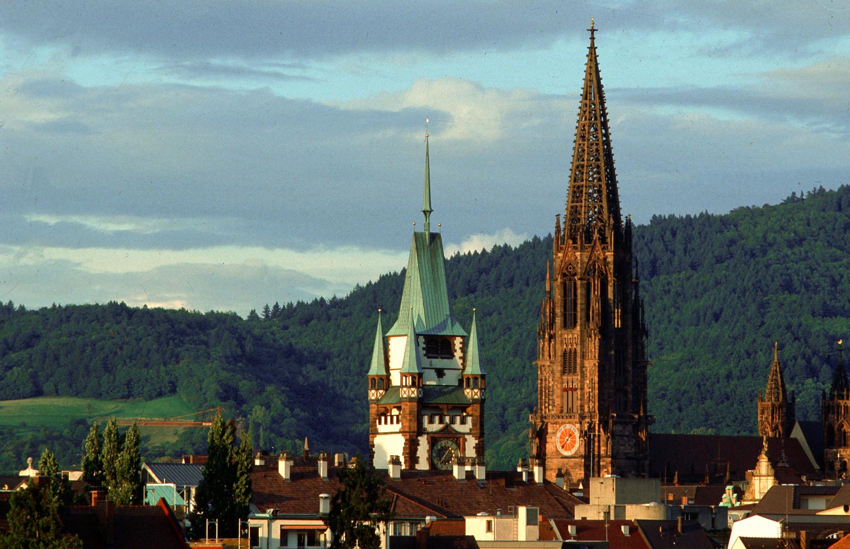 "Fribourg dans le Breisgau im Breisgau, la cathèdrale et le ""Martinstor"""