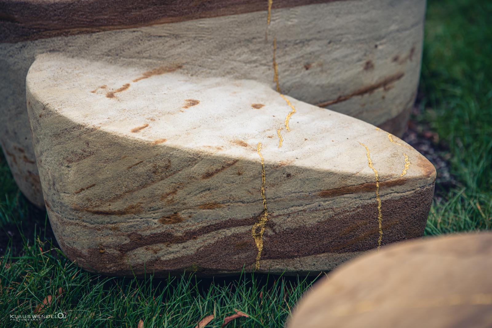Detail Sandstein mit Blattgold