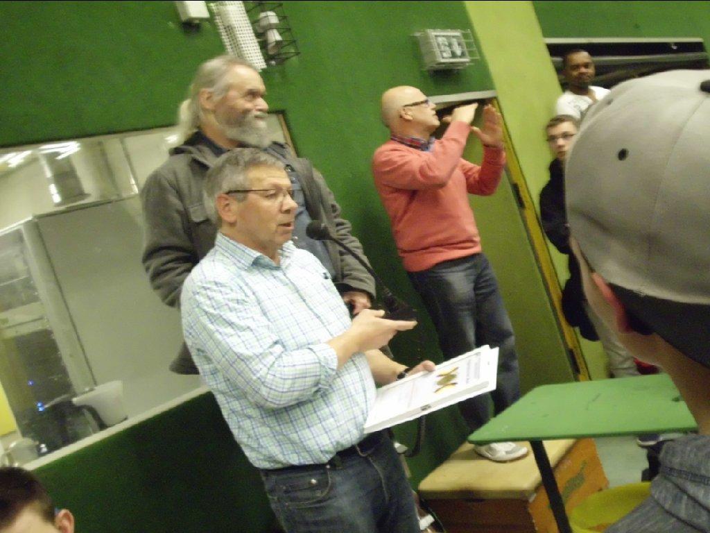 Herr Bergmann dolmetscht die Siegerehrung durch Herrn Gisa und Herrn Riemer