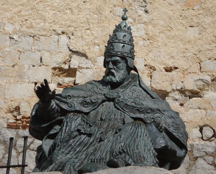 Упрямый понтифик Папа Лу́на