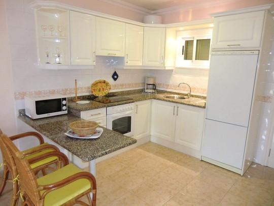Bild: Küche mit weisen Möbel.
