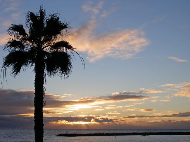 Sonnenuntergang über dem Meer von einer Immobilie aus gesehen auf Teneriffa.