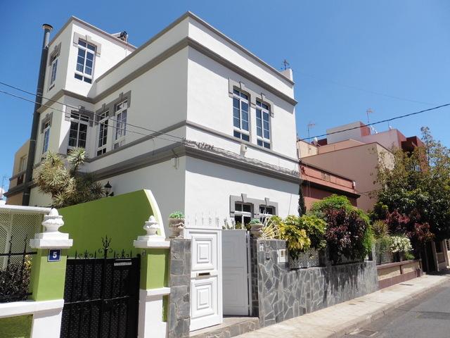 weis gestrichenes 3 stöckiges Stadthaus in Santa Cruz