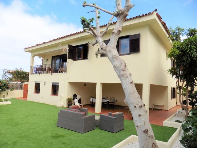 Helles großes Haus mit 2 Stockwerken und einer gemütlichen Sitzecke auf der Terrasse.