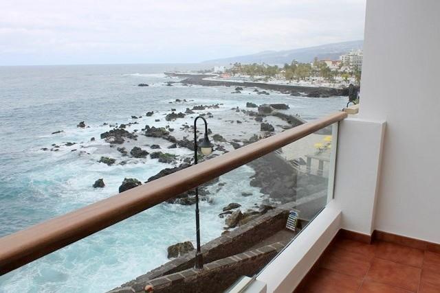 Aussicht vom Balkon auf den Strand und die Promenade von San Telmo in Puerto de la Cruz.