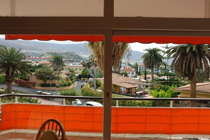 Blick vom geschützten Balkon auf die Berge vor dem Teide.