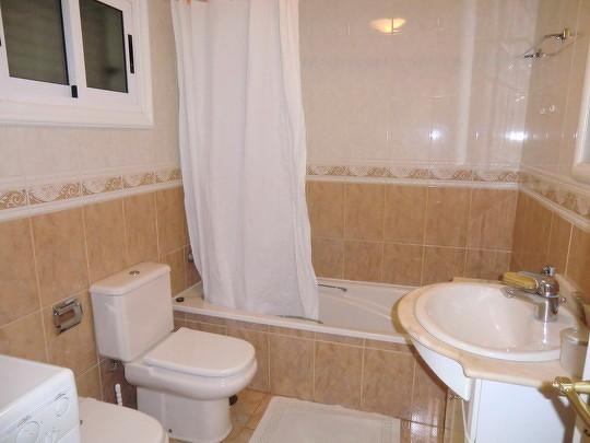Bad mit Fenster und Wanne