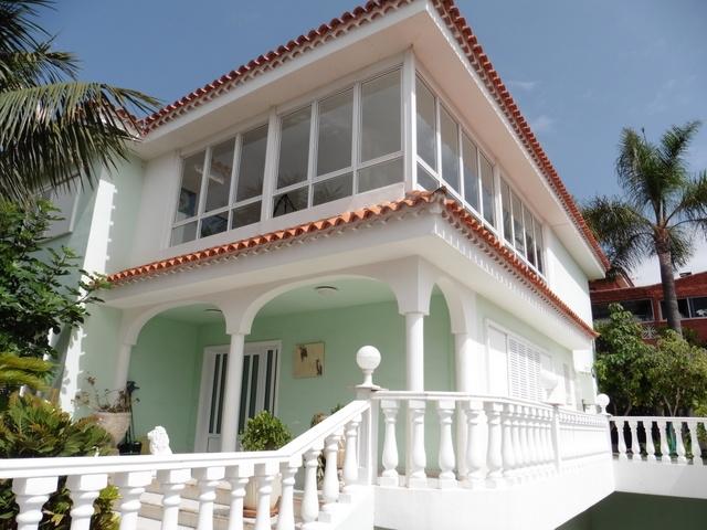 Großes romantisches Haus in weiß-grün.