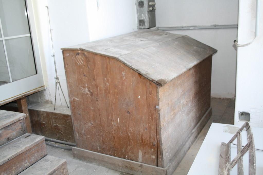 Das Motorgehäuse ist aus morschem Holz und schlecht isoliert, dadurch ist der Motor sehr laut