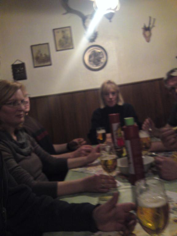 Abendessen im Dorfkrug, irgendwie waren wir alle ganz schön platt...