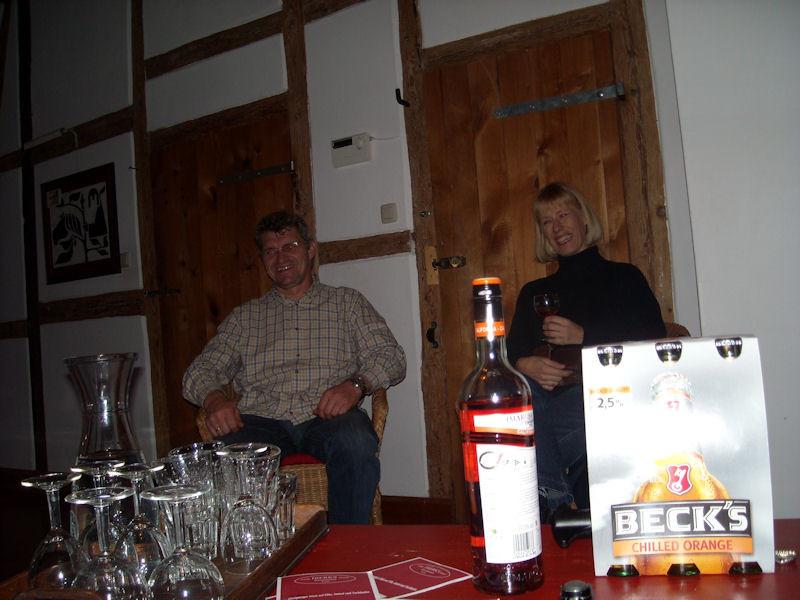 Endlich in Harlingen und am Ziel: Wir Pferde waren gut untergebracht und versorgt, die Feierabenddrinks verdient. Vorstellungsrunde:  Karin und Uwe...