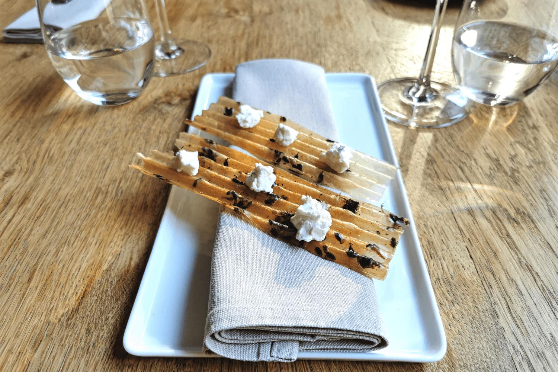 Chips aus Honig, mit Lavendel und Ziegenkäse