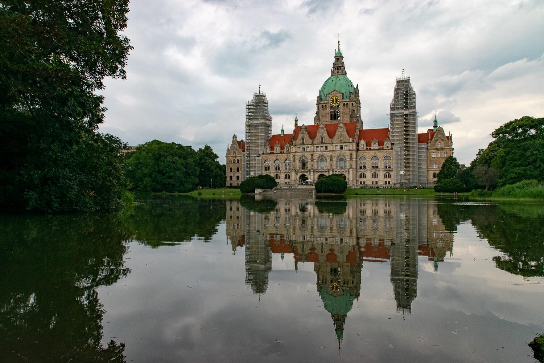 Das Neue Rathaus spiegelt sich im Maschteich