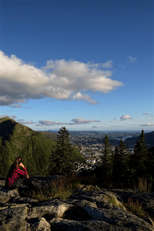 Die Aussicht bei der Panoramawanderungen auf dem Berg Fløyen genießen