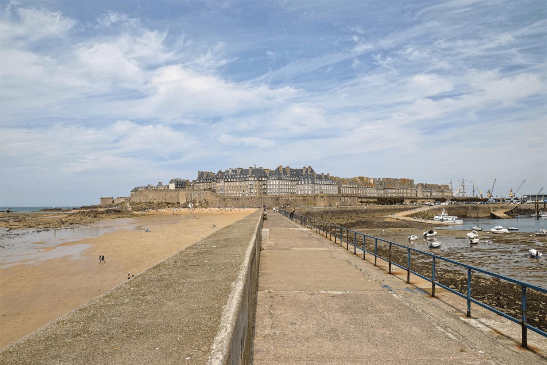 Der Blick vom Pier auf die Altstadt von St. Malo