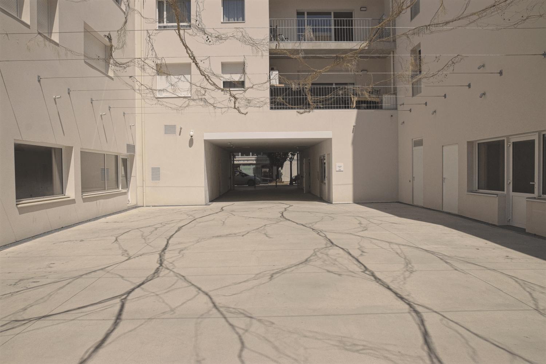 Kunstinstallation, die Schatten wirft