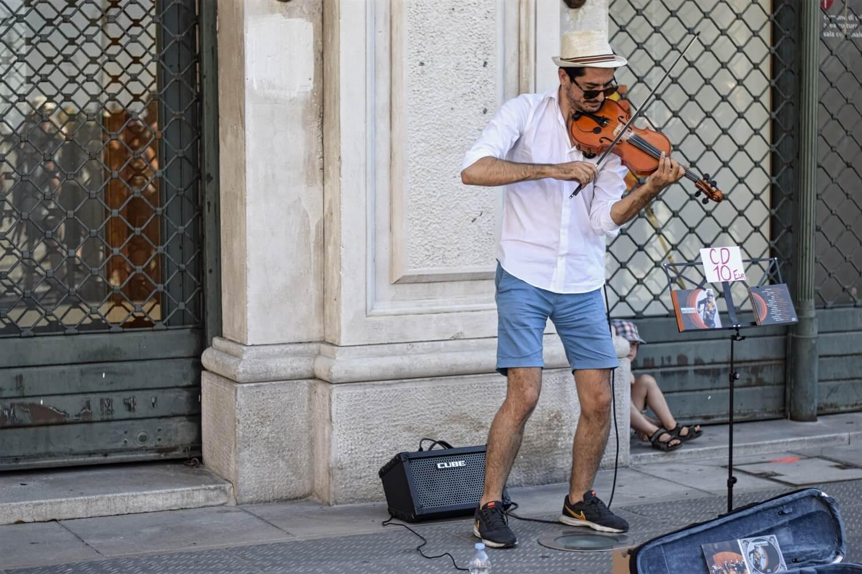 Straßenmusiker auf der Piazza Unità d'Italia