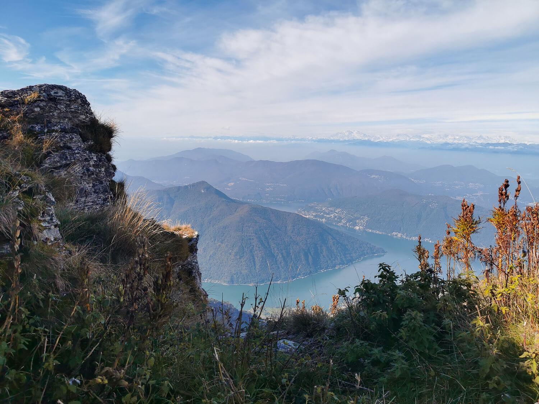 Blick aus der Bahn auf den Luganersee