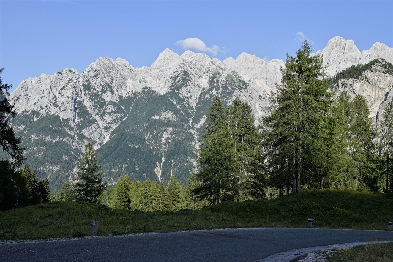 Die Fahrt des Passes wird begleitet von den Bergmassiven der Jülischen Alpen
