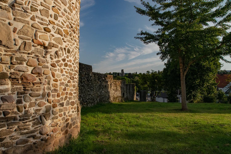 Die gut erhaltene Stadtmauer