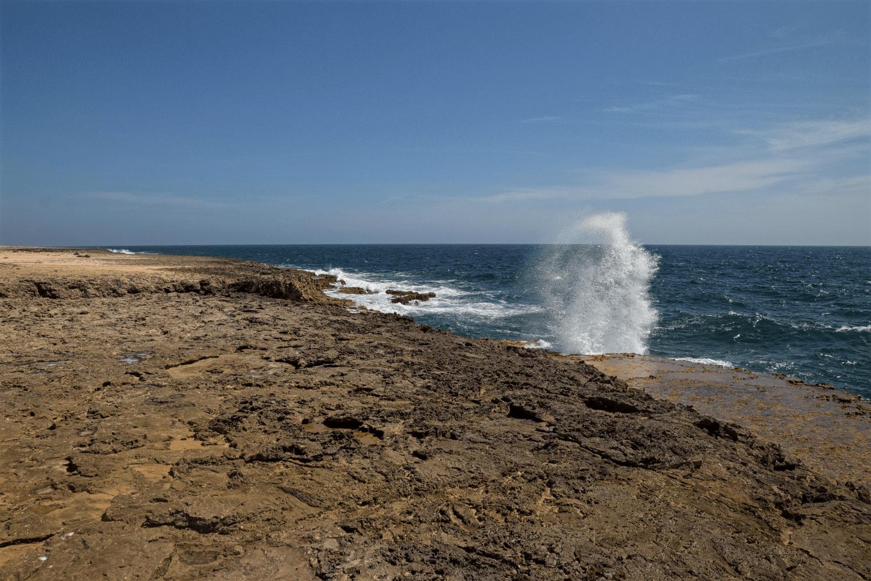Im Arikok NP peitschen die Wellen an den Felsen hoch