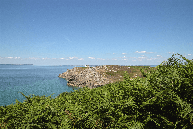 Steilküste, zerklüfte Felsen, türkisblaues Meer - das ist die Bretagne