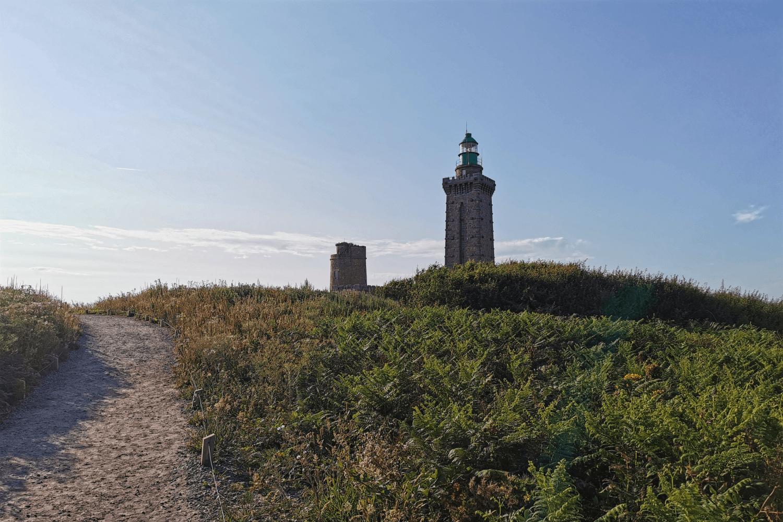 Ein ehemaliger Militärturm am Cap Fréhel