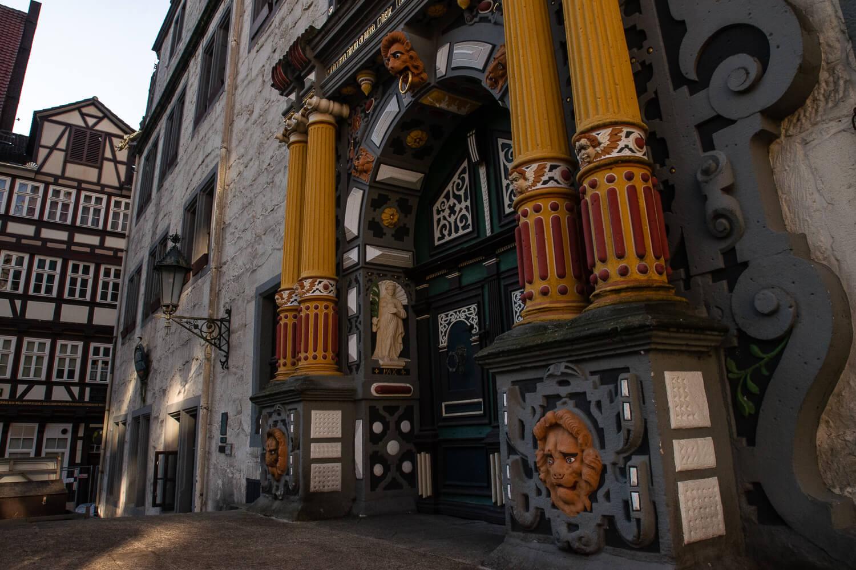 Imposantes Eingangsportal des Rathauses