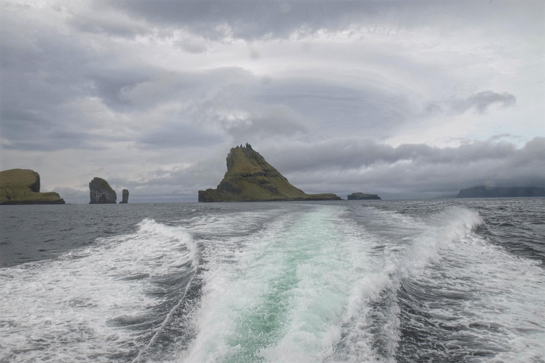 ...durchqueren wir die Felsen von Tindhólmur