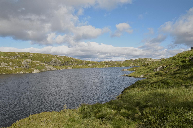 Ein Teil der Wanderung führt an diesem See entlang