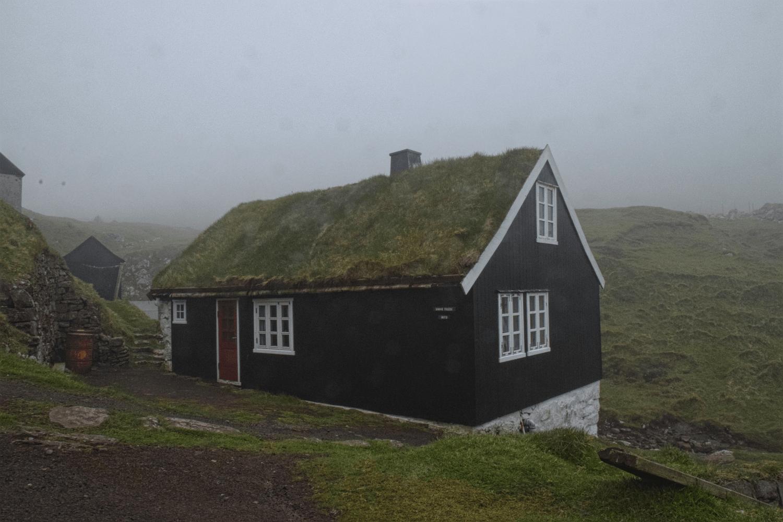 Typisches Haus auf den Färöer Inseln